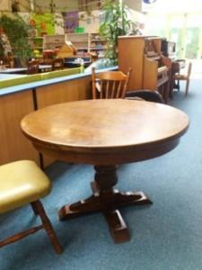 30944. Rusztikus kerek étkezőasztal ovaálisra bővíthető.