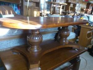 31036. Ovális lapú, talpas dohányzó asztal.