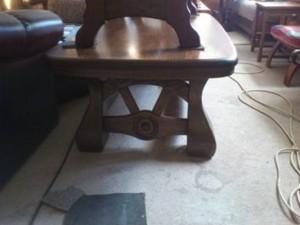31033. Ívelt lapú rusztikus dohányzó asztal.