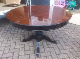 40976. Kerek asztal.