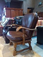 41110. Bőr karos fotel.