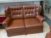 50348. Cseszterfild gombozásos bőr kanapé és bőr fotel. Bőrkanapé szélessége