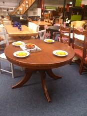 50565. Kerek tölgyfa asztal.