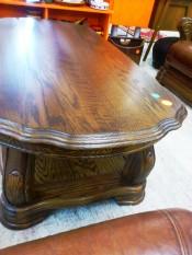 50726. Faragott mintás fa dohányzóasztal.