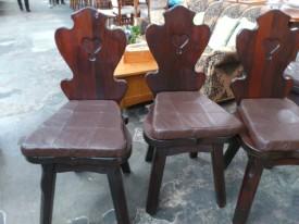 60133. Rusztikus tömör tölgyfa székek.