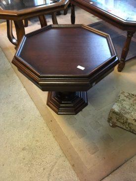 S80181a. Nyolcszögletes dohányzó asztal.