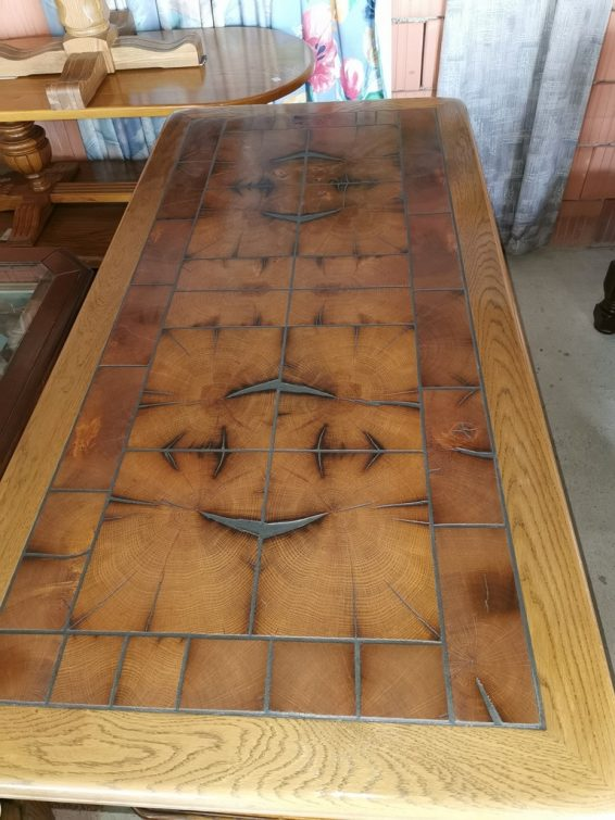 """G90532. Nappali asztal, faragott mintás, igazi fa betétekkel a tetején. """"nem kerámialapos"""""""