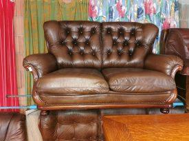 Chesterfield gombozásos bőr kanapé.