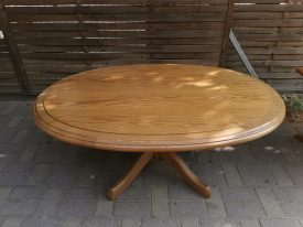 Ovális, nagy, tölgy nappali asztal.