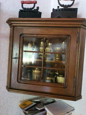 Sarok fali vitrin szekrény.