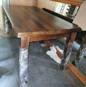 Vastag tölgyfa lapos étkeő asztal.