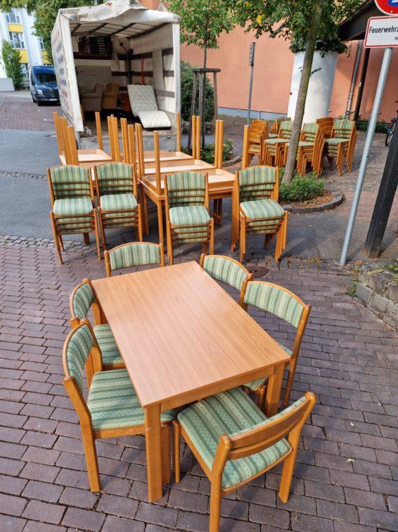 Rakásolható éttermi székek.